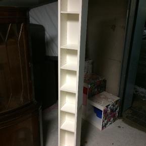 Kan leveres! Fin høj reol i god stand. Reolen er fra hvid og fra IKEA. Der mangler et par holdere til hylderne, hylderne følger dog alle med. 200 cm høj