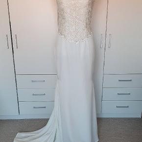 Smuk enkel brudekjole med blonder. Passes af str 36 lille 38.  Er renset, så klar til en ny brud.