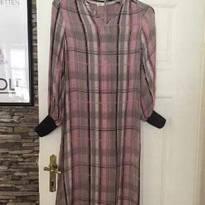 Flot halvlangt kjole, vasket en gang Materiale 100% viskose Ternet med lyserød bund Brand Levat`e Der medfølger underkjole