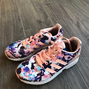 Fine Adidas sko str 36 2/3. (Kunne godt trænge til en vask)