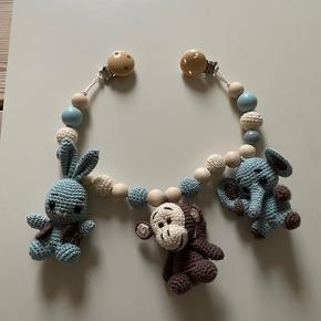 Hæklet Barnevognskæde med kanin, abe og elefant 🐰🐒🐘 Hæklet i økologisk bomuld. Længde ca 50 cm inkl clips. Monteret på elastik. Fremstillet i 100 % røgfrit hjem