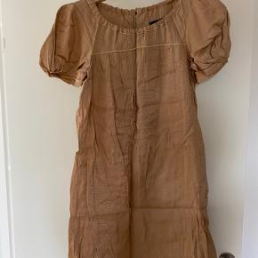 Flot kjole med fine puf ærmer. Str 40