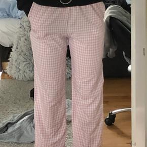 Jeg sælger mine sisters point bukser da de bare ligger og flyder. De er aldrig blevet brugt, dog er prismærket klippet af. Normalt bruger jeg str. 27 eller 36 i bukser, så de her bukser er ret små i str. de er dejlige behagelige. Kom med et bud😊