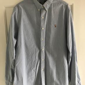 Slim fit skjorte fra Polo Ralph Lauren i lyseblå.
