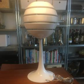 Manhatten bordlampe i hvid. Højde ca 63 cm.