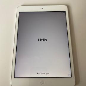 En smart, lækker iPad mini 2 i hvid/sølv med 32 GB fra Apple. Modellen er A1489. Den fremstår i perfekt stand uden ridser og skrammer. Brugt meget lidt og derfor sælger jeg den nu. Enheden er gendannet til fabriksindstillingerne.  I købet medfølger: - Lader - Ladekabel - Touch-pen - Kasse/æske - Brugsanvisning og Apple klistermærker - Ubrugt skærmbeskyttelse - Mikrofiber klud - Foldbart cover med ståfunktion (sort)  Jeg foretrækker at mødes og handle, men jeg sender den også gerne. Jeg plejer normalt at få ros for mine pakker, men vær opmærksom på, at jeg hæfter mig ikke for eventuelle skader, der måtte ske under transport.  OBS: Sælges som beset uden reklamationsret og garanti.  Såfremt der er spørgsmål til ovenstående, er du velkommen til at skrive en besked.