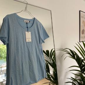Fineste organic cotton t-shirt fra Denim Hunter. Aldrig brugt og stadig med prismærke 🦋  Bud ønskes