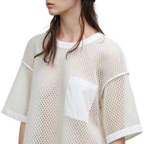 Varetype: Acne mesh t-shirtFarve: Creme Oprindelig købspris: 2200 kr.  Brugt en enkelt gang.   Sender med Dao medmindre andet aftales. Handler gerne mobilpay. Ved ts handel betaler køber gebyr.
