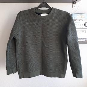 Grøn trøje fra Samsøe & Samsøe. Brugt 2 gange.  Måler ca 50 cm fra ærmegab til ærmegab og 55 cm i længden. Np 600 kr.  Kan hentes i Roskilde eller sendes med DAO mod betaling af fragt.