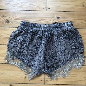 Super pæne shorts i fin stand. jeg har lavet en lille lyserød plet engang på mærket som er lavet for at kende forskel, men det kan selvfølgelig ikke ses når de er på.