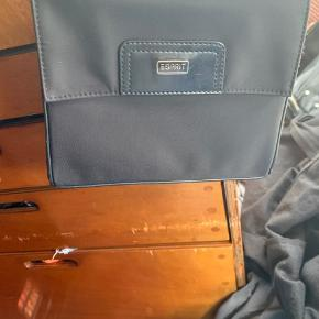 Helt ny gå i byen taske, plads til mobil nøgler makeup og 2 dankort. Lille og fin til en bytur og med et klassiske look