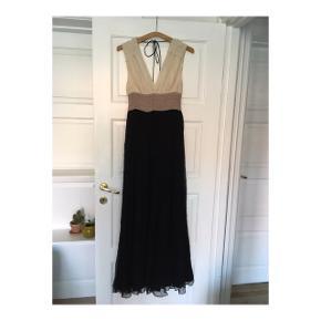 Byd 💫  Virkelig fin og let kjole, med det smukkeste fald ✨🌊  💛Style: Emeline, By Malene Birger💛  Købt som kollektionsprøve på outlet i udlandet. Størrelsen er enten xs eller en lille small.  📏Den måler ca 72 cm rundt under brystet, og snorene i nakken kan justeres.  Lynlåsen sidder i venstre side af kjolen. Den har mistet sit vedhæng, men fungerer derudover helt fint 🌟  ⚡️Kan ses på modellen på billederne, selvom min kjole har sort underdel i stedet ⚡️