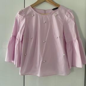 Flot bluse med perler fra Zara. Aldrig brugt, har stadig prismærke på.