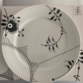 Sort mega mussemalet tallerken, som kun er brugt enkelte gange og er i medfølgende æske. Sælger 3 med samme mønster (Mønster nummer 2). Prisen er pr. stk. 27 cm