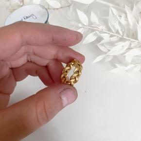 Lækker Jane könig ring, i modellen, stor flettet. Ringen har ingen tegn på brug, og er som den var helt ny. Str: 50, kan passes af en 51 også. Ingen ridser, eller andre brugstegn Nyforgyldt med 14 karat guld, så forgyldningen varer lige så længe som hvis ringen var ny. Æske medfølger