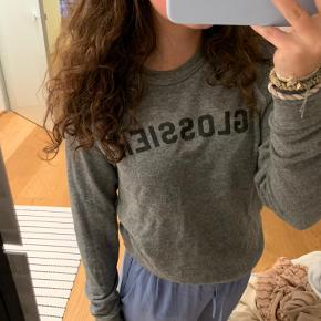 Grå glossier sweater med logo god stand Byd!!!!