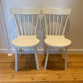 To hvide stole fra IKEA sælges, modellen hedder NORRARYD De er i super fin stand og er kun 1 år gamle Nypris er 455 kr. pr. stol - Byd gerne☺️