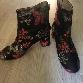 """Festlige støvler i """"silke""""stof"""