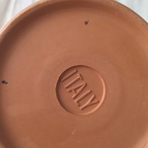 Super lækker terracotta vinkøler designet i det berømte italienske ler. Vinkøleren skal være gennemblødt i koldt vand, for derefter at køle vinen til den perfekt temperatur. Vinkøleren er fint patineret, og har et mindre skår i underskålen som på billede 6.