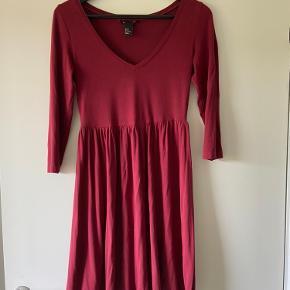 Basic kjole fra H&M. Falder så fint på kroppen.