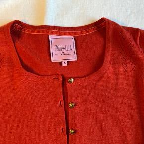 Smuk cardigan fra, aldrig brugt da jeg har købt den for lille.  Består af 50 % merino uld og 50 % akryl.