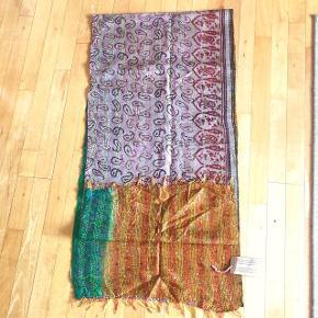 Indisk håndbroderet tørklæde af genbrugsstof fra gamle saristoffer og syet i typisk indisk kantha broderi