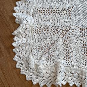 Helt nyt smukt prinsesse tæppe Hjemme strik i det blødeste 100% blød uld - det kradser ikke og der er stræk i.  Virkelig lækkert  Mary prinsesse tæppet  Mål 95x95 cm