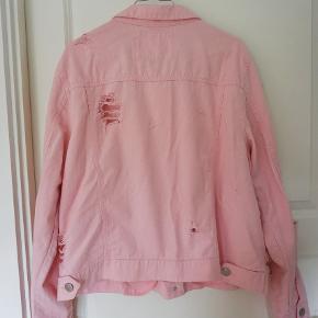 """""""Ripped"""" eller """"flænset"""" denim jakke i baby lyserød/pink. Rigtig fed da den både er feminin og lidt rå på samme tid!  Fra ikke-ryger hjem.  Kom med et rimeligt bud. Kan afhentes i København."""