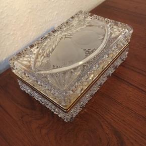 Super smukt og intakt skrin sælges.  Det er i god stand trods alder.  Det er lavet af krystalglas og vejer derfor godt til. Omkring 1,7 kg.