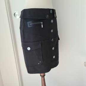 Fin nederdel med flotte detaljer (lommer, knapper og lynlås) af mærket Marciano (købt i USA) i størrelse Medium. 46 cm i længde. Købspris ca. 700 kr.