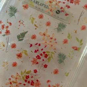 Gennemsigtigt iPhone cover med blomster og guld detaljer fra Pull&Bear. Passer til iPhone 6 +, iPhone 7 + og iPhone 8 + Aldrig brugt og stadig i indpakningen