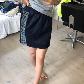 Sælger denne mega fede nederdel fra HAN KJØBENHAVN, den er i en str S og er i rigtig pæn stand! Byd gerne