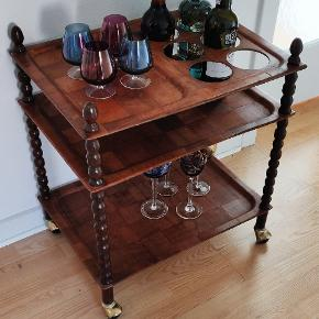 """Ældre """"fed"""" Barbord/rullebord med blandt andet flaskeholdere, originale messing hjul. Bordet er trods alderen i super stand  Højde 63 cm, bredde 55 cm og dybde 40 cm"""