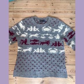 Wood Wood trøje 100% uld Grå med astrologi-mønster i hvid og bordeaux  Str: M
