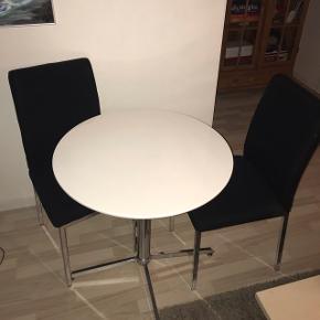 Bord med 2 stole, brandmærke på den ene stol.