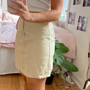 Brugt en enkelt gang, dog lidt mærker bag på - spørg evt. for billeder  Cowboy, nederdel, kort, beige, lys.
