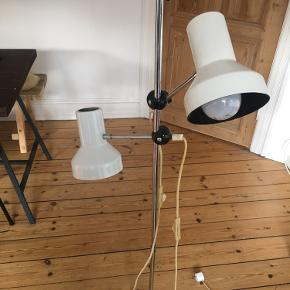 God men brugt gulvlampe. Virker fint og kan justeres. Patina på bunden (se billede)