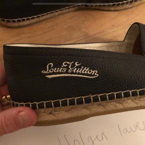 Sælger disse espadrillos fra Louis Vuitton.  Str 43 passer en stor 43-44   Ingen tilbehør desværre, da de er købt igennem et personalesalg. (Står inde for skoen)  Nypris omkring 3.750 kr.  Er lavet af sort kalveskind.  De er kun prøvet på indenfor, derfor i fremragende stand.