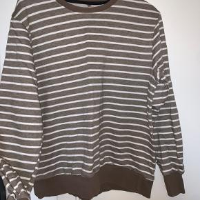Sweatshirt: gråbrun med hvide striber