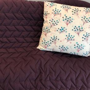 - sengetæppe til ENKELT seng - kan dække en 140 cm seng hænger ikke så meget ud over sengen  - lækker blommefarve  - flet mønster af pyntesyninger  - passer godt til blå og lyserød  - obs billeder! har ingen enkeltmands seng og det er derfor taget på et 140 cm   Længde: 250 cm  Bredde: 135 cm   - Priserne er faste  - mængderabat kan gives ved køb af flere ting :)   - skriv hvis i mangler mere information