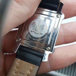 sælger dette fine unisex ur fra hamilton da jeg ikke kommer til at bruge det.  ref. 6341 batteri sekund viser grå skive med lodtrette rille mønster  Smukt ur med orriginal kalveskinds rem der lukkes ved hjælp ad en sommerfulge spænde. Det går at hullerne ikke bliver ødelagt og holder længre. Remmen måler 18 mm ved urkassen og 15mm hvor spænden er monteret  Spænden er i rustfrit stål og udført i kompleks lukkemekanisme. Urkassen er 3 cm med krone og 2,7 cm lodret. Deksel er skruet på med skruer og derfor kun vandafvisnde  står tilsalg på italiansk side til 385€ tilsvarende 2800