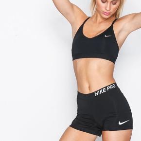 Shorts fra Nike sælges.   🧵 Model       Nike Pro  📐 Størrelse       Passer en xs eller lille small.   🛠 Stand       De er brugte.   ⌛️ Køb nu       67 inkl. fragt (37kr)  🏷 Tags // mærker jeg sælger Nike - Mulberry - Weekday - Mango - Zara - HAN Kjøbenhavn - & other stories - Rodebjer - Samsøe Samsøe - NA-KD