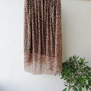 Midi nederdel i leopard print, let stof med elastik i livet
