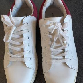 Sofie Schnoor sneakers str. 41 sælges. Brugt få gange Mp er 200 kr plus fragt