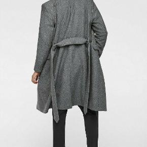 Sælger denne lækre og stilede frakke fra det populære modemærke, Zara. Den er som ny.  Byd!