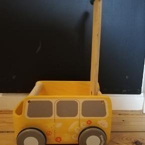 Fineste gåvogn fra PlanToys. Den har gummibelægning på hjulene og er justerbar i højden. Tilmed er der en lille bremse, så man kan tilpasse hastigheden til barnets færdigheder. Vognen fremstår med brugsspor.