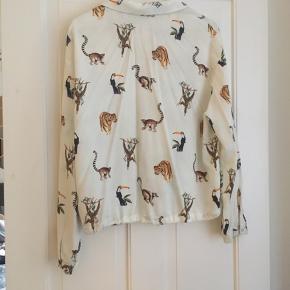 Super fed hvid skjorte med dyreprint. Kan snøres ind forneden. Købt i Berlin - ikke set i DK.