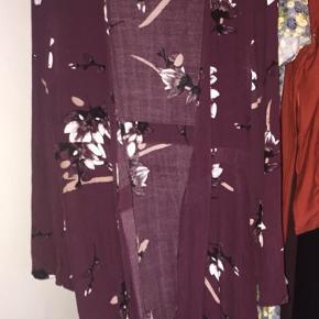 """Flot slå-om kjole fra VILA clothing. Den har en enkelt løs tråd, der hvor """"slå-om snoren"""" går igennem, men ellers fejler den intet."""