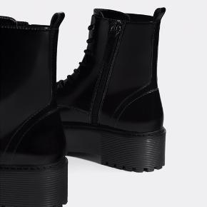 Virkelig fede chunky plateau støvler fra Bershka i str. 37. De kan snøres, men lukkes også med en lynlås i siden. Støvlerne har aldrig været brugt ☀️