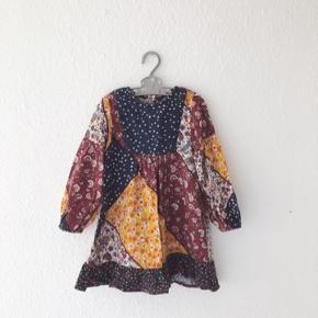 Zara kjole, str 3-4 år. Brugt, men i fin stand. Passer så fint sammen med pelsvesten jeg også har til salg (se sidste billede).